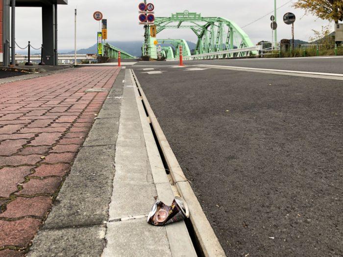 土木遺産の安倍川橋と空き缶